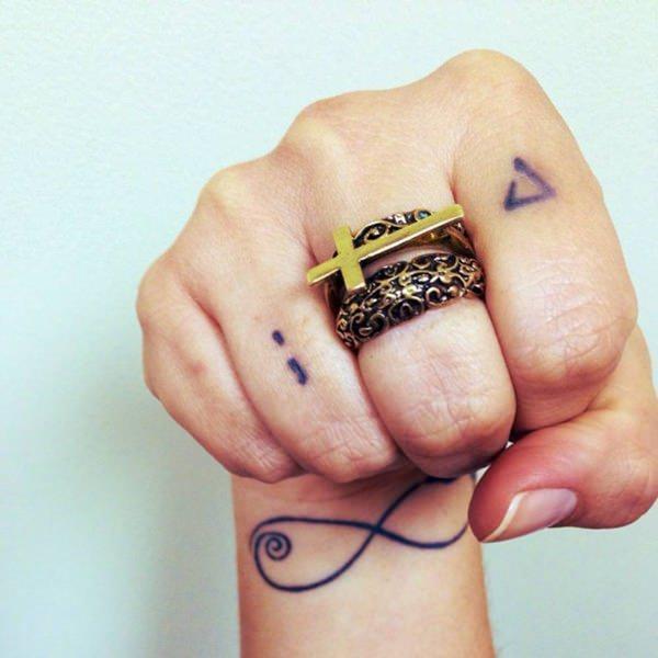 Significado del tatuaje en los dedos - significado de los tatuajes de puntos y comas en los dedos