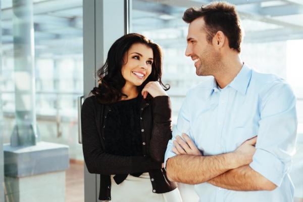 Cómo saber si te gusta un colega en el trabajo - 10 SEÑALES - 3. Signo de atracción en el trabajo: la mirada