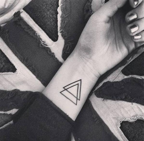¿Cuál es el significado del tatuaje de triángulo doble? Significado del tatuaje de dos triángulos superpuestos