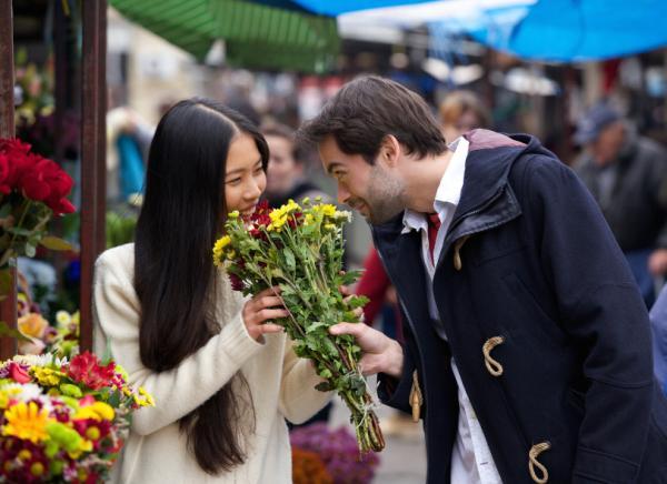 20 señales de que le gustas a un hombre: está mirando tu boca, una señal obvia de que un hombre se siente atraído