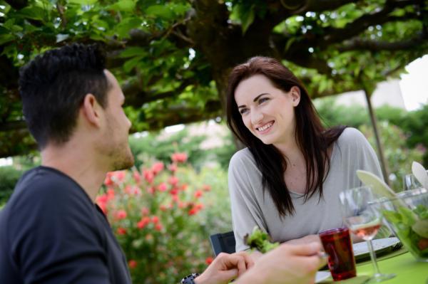 20 señales de que le gustas a un hombre - una clara señal de que le gustas a un hombre: es amable y galante