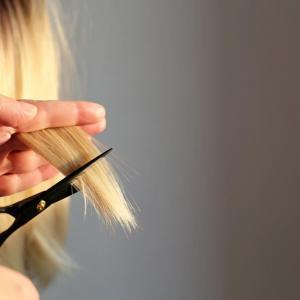 Comment se couper les cheveux toute seule